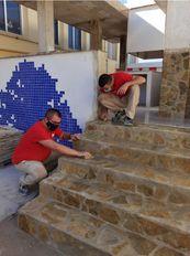 """Estamos impartiendo la Unidad Formativa UF0305: """"Ejecución de muros de mampostería"""", del Modulo formativo MF0143_2: """"Obras de Fábrica Vista"""". En él estamos aprendiendo el replanteo y ejecución de la colocación de piedra natural. Aunque la complicación está en la colocación, el rejuntado es lo más delicado."""