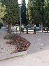 Trabajando en la zona de prácticas limpiando el acolchado de corteza de pino.
